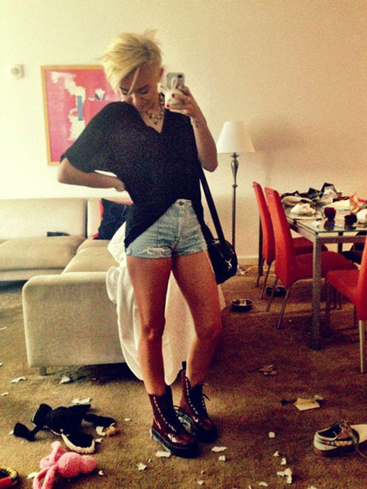 Haare ab! - Die neue Frisur von Miley CyrusMit den kurzen Haaren hat Miley auch ihren Kleidungsstil geändert. Dr. Martens, ultrakurze Shorts und lässiges, schwarzes Oversize-Top - Miley liebt jetzt den Punk-Look.