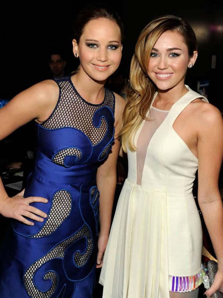 Die Läster-Attacken der StarsBeste Freundinnen werden die beiden wohl nicht mehr: Auch wenn Miley Cyrus (19) und Jennifer Lawrence (21) hier so harmonisch in die Kamera strahlen - zwischen den beiden Schauspielerinnen brennt die Luft.Grund