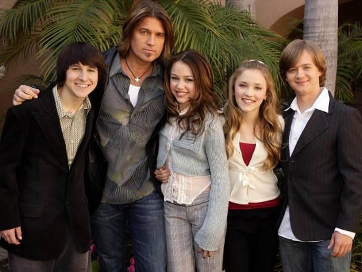"""Vom Kinderstar zum Sex-Symbol2006 wurde in den USA die erste Folge von """"Hannah Montana"""" ausgestrahlt. Seitdem geht die Karriere des Disney-Stars förmlich durch die Decke. Wer erkennt das Mädchen in der Mitte wieder?"""
