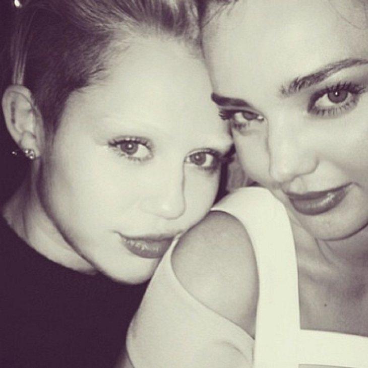 Miley Cyrus ohne Augenbrauen und mit Miranda Kerr