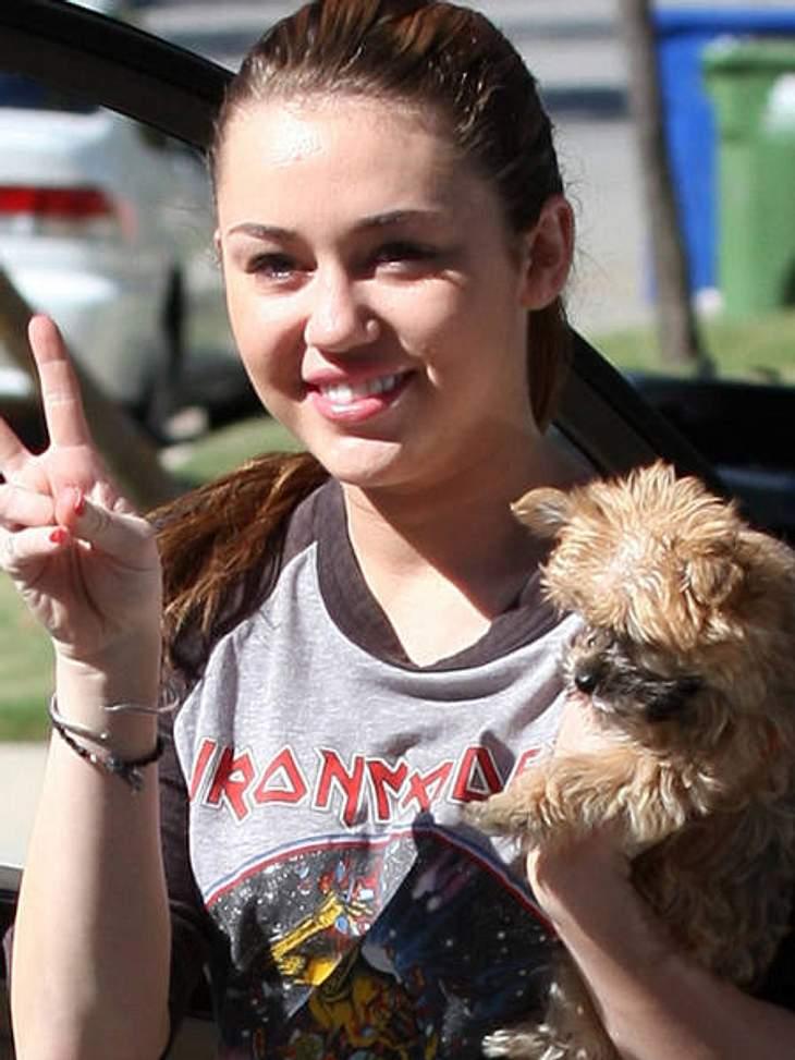 Stars ungeschminktMiley Cyrus ist noch sehr jung, sie müsste eigentlich top aussehen so ganz ohne Make-Up. Immerhin glänzt sie bei jedem öffentlichen Auftritt mit ihrer Schönheit. Doch ungeschminkt sieht Miley leicht verquollen aus.