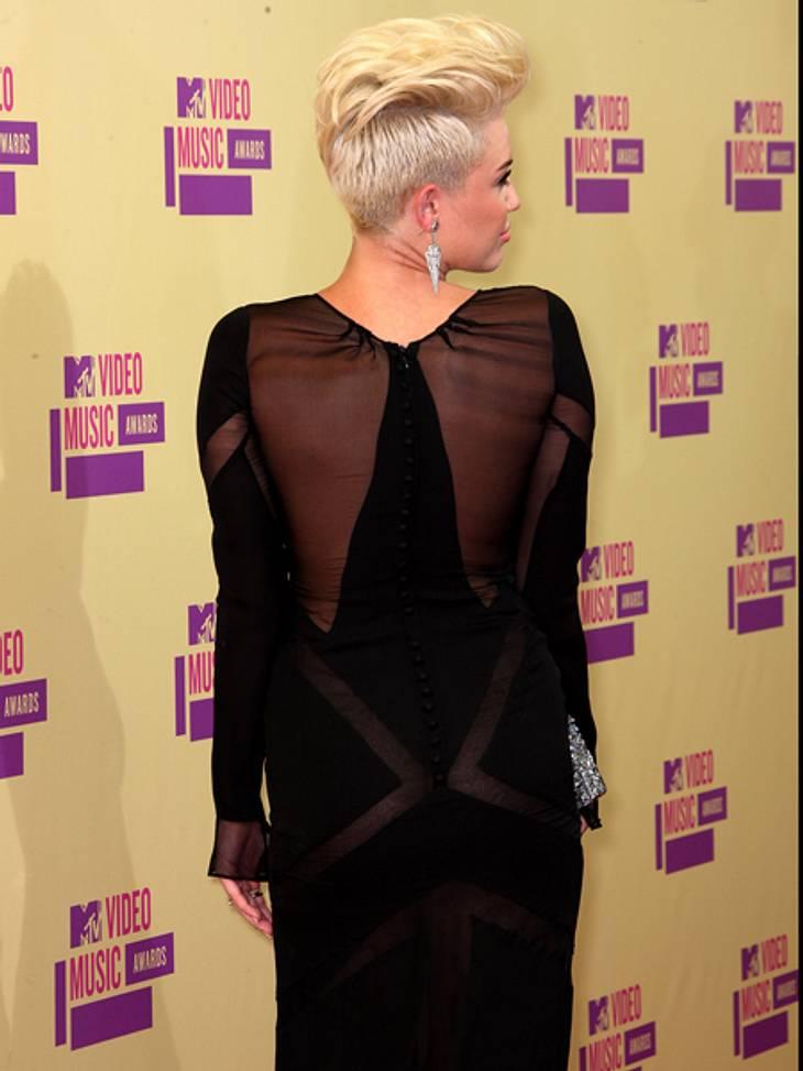 Der Style der VMA 2012: Tops & FlopsBlümchen und Rüschen waren gestern: Heute mag es Miley Cyrus schwarz, durchsichtig und gewagt. Ihre Frisur erinnerte bei den VMAs allerdings an die Jedward-Zwillinge.