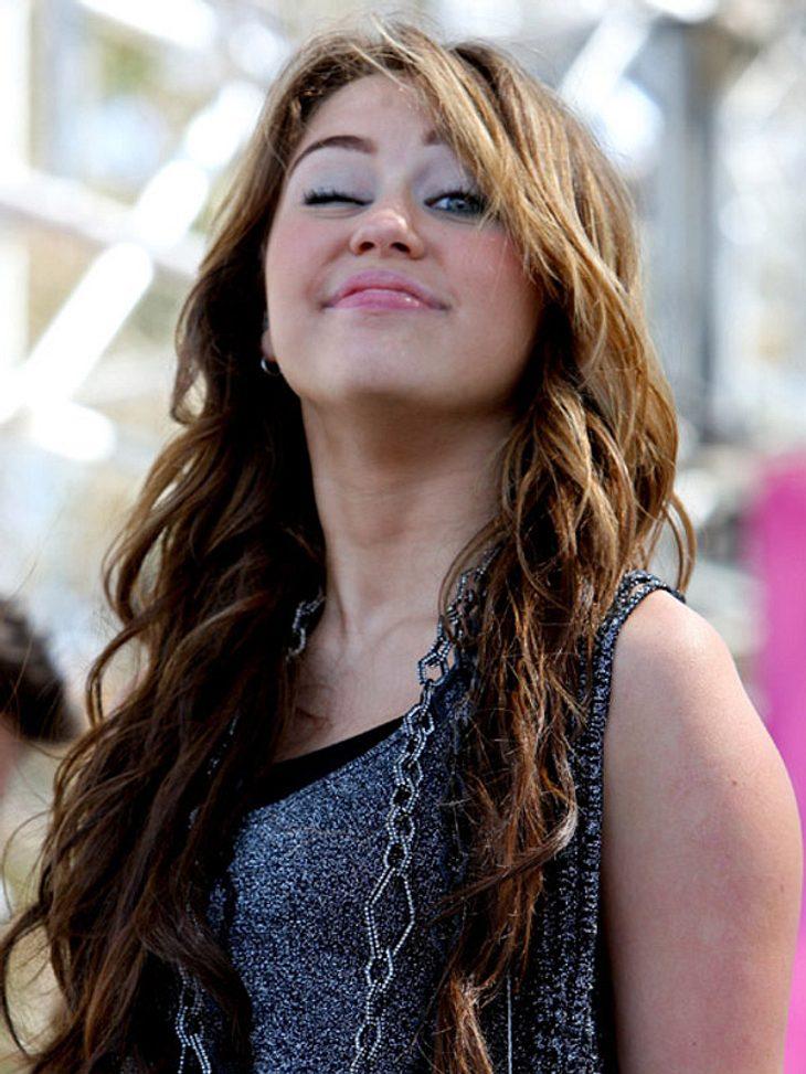 Die Bilder von Miley Cyrus und Adam Shankman waren so aufreizend, dass sie für Empörung sorgten. Die Konsequenz: Sie wurden wieder gelöscht!