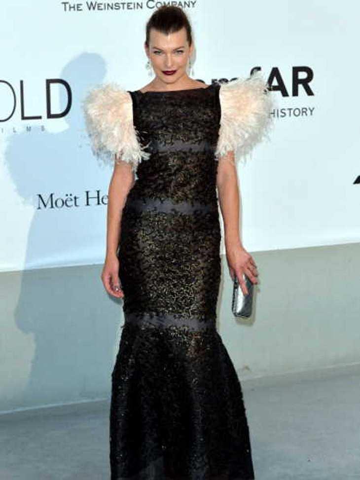 Milla Jovovich im peinlichen Feder-Kleid!