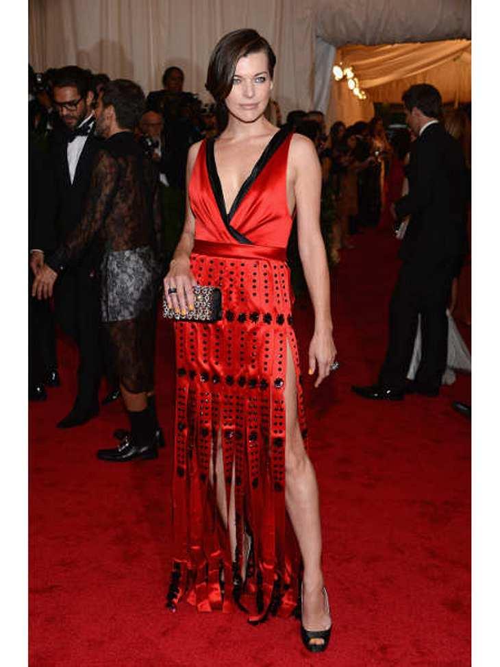 Met-Gala 2012: Die spektakulärsten Kleider des AbendsIn dem fransigen Prada-Kleid zauberte Milla Jovovich (36) einen Hauch von 20er-Jahre-Flair auf den roten Teppich.