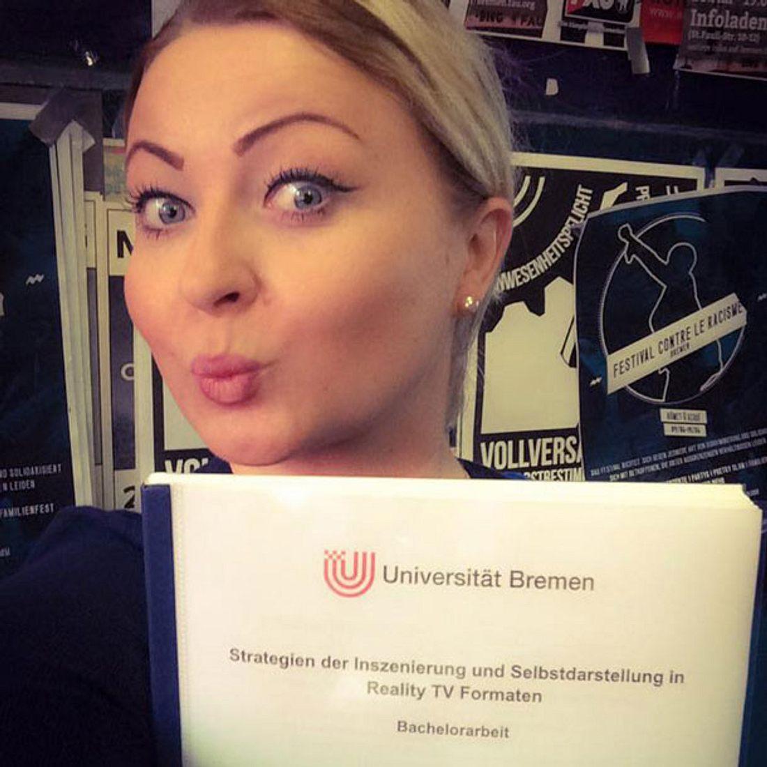 Miriam Balcerek zeigt stolz ihre Bachelorarbeit