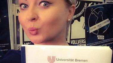 Miriam Balcerek zeigt stolz ihre Bachelorarbeit - Foto: Facebook / Miriam Balcerek