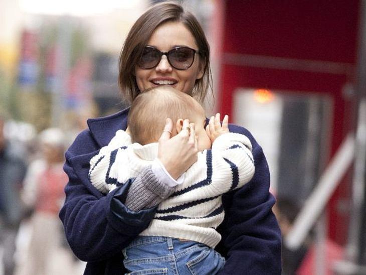 Mein erster Muttertag: Stars im Mama-GlückTopmodel Miranda Kerr (28) war vor allem eines im ersten Jahr als Mama: arbeitsahm. Sie hetzte von einem Termin zum nächsten und gönnte sich kaum eine Pause. Hoffentlich relaxt sie am Muttertag ein