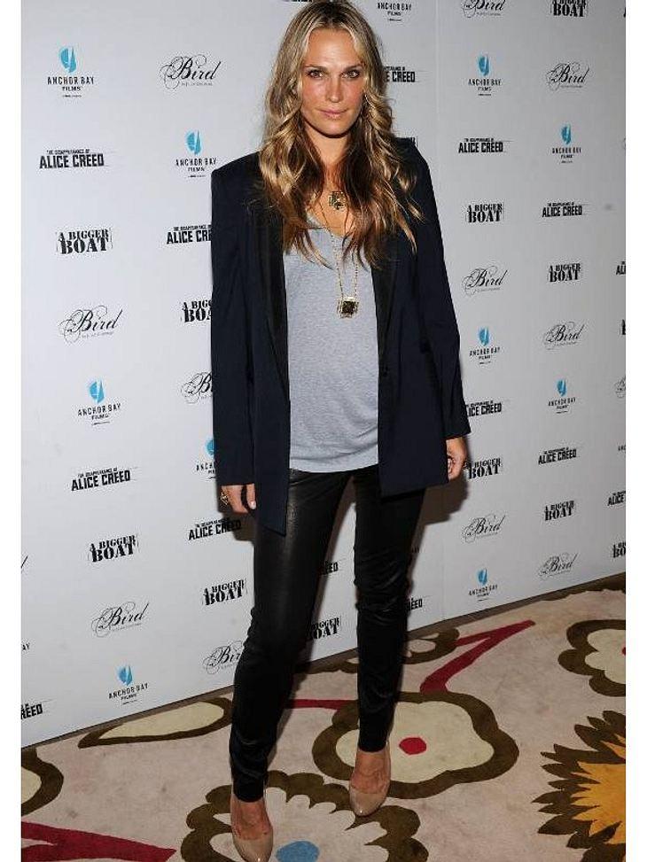 Die Skinny-Lederpants von Molly Sims sind nicht nur cool sondern auch verdammt sexy.