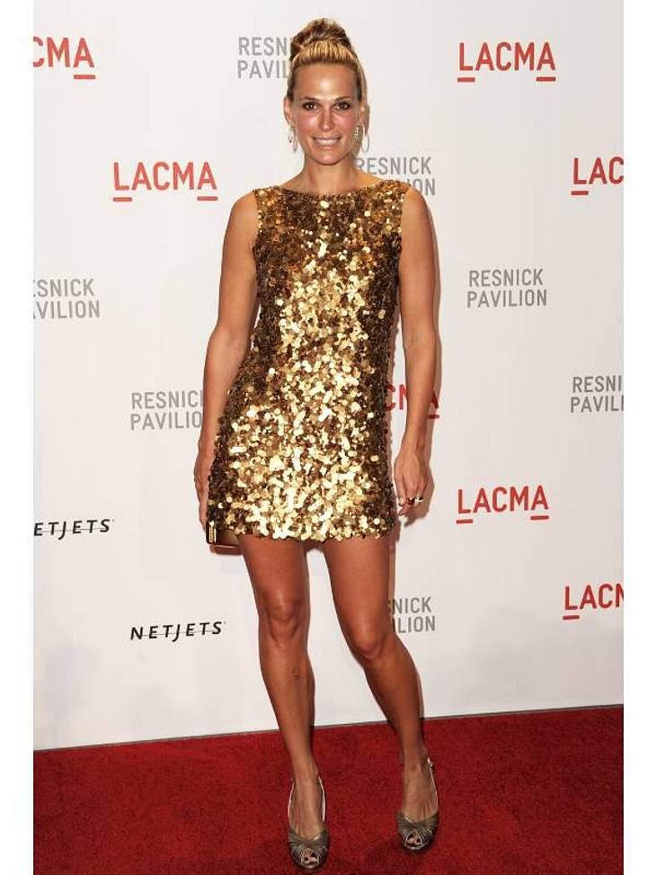 Pailletten-Abendkleider:Etui-Kleid mal anders - in Allover-Gold bei Molly Sims. Wir sagen: Daumen hoch!