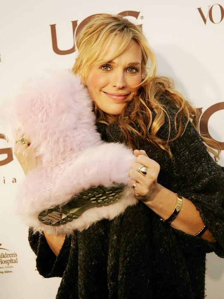 Molly Sims mit super-flauschigen UGGs in Rosa.