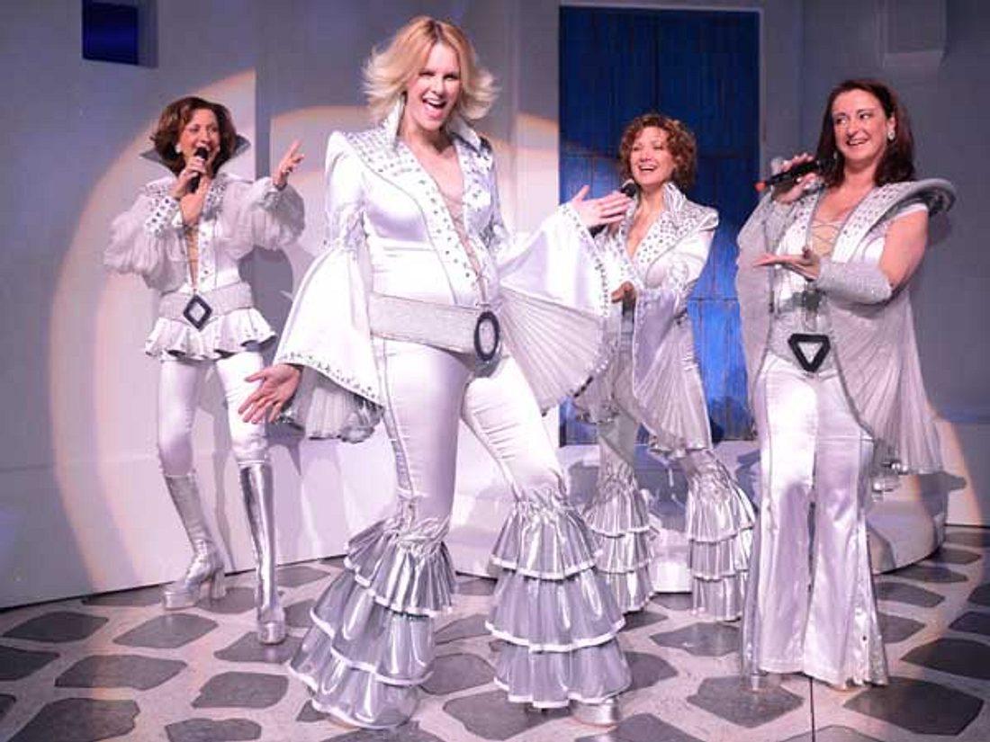 Monica Ivancan macht im ABBA-Kostüm eine tolle Figur!