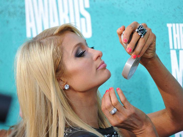MTV Movie Awards 2012: Die HighlightsParis Hilton (31) nutze die Zeit auf dem roten Teppich, sich das Näschen zu pudern.