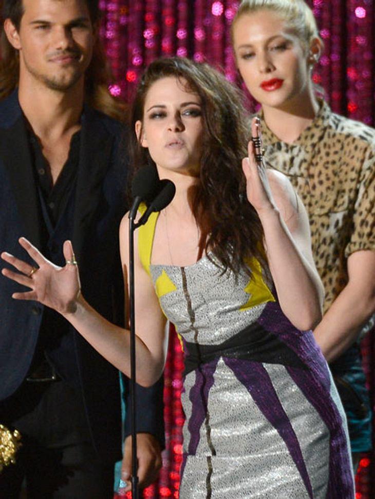 MTV Movie Awards 2012: Die HighlightsKristen Stewart (22) und Robert Pattinson (26) gewannen den Preis für den besten Kuss. Leider war ihr Freund nicht vor Ort, deshalb vergnügte sie sich mit sich selbst.