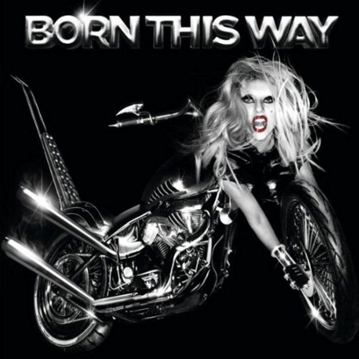 """Das hört die WUNDERWEIB.de-Redaktion im Juli Cindy hört """"Born This Way"""" von Lady Gaga:""""Die Single trifft einfach genau, was Lady Gaga ausmacht! Für mich ein richtiger Ohrwurm."""",Fleischkleid oder Federkleid - Lady Gaga's"""