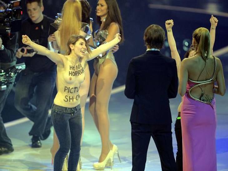 GNTM-Finale 2013: Nackt-Prostest von FemenDie Femen-Aktivistinnen stürmten während der Show die Bühne und entblößten ihren Oberkörper.