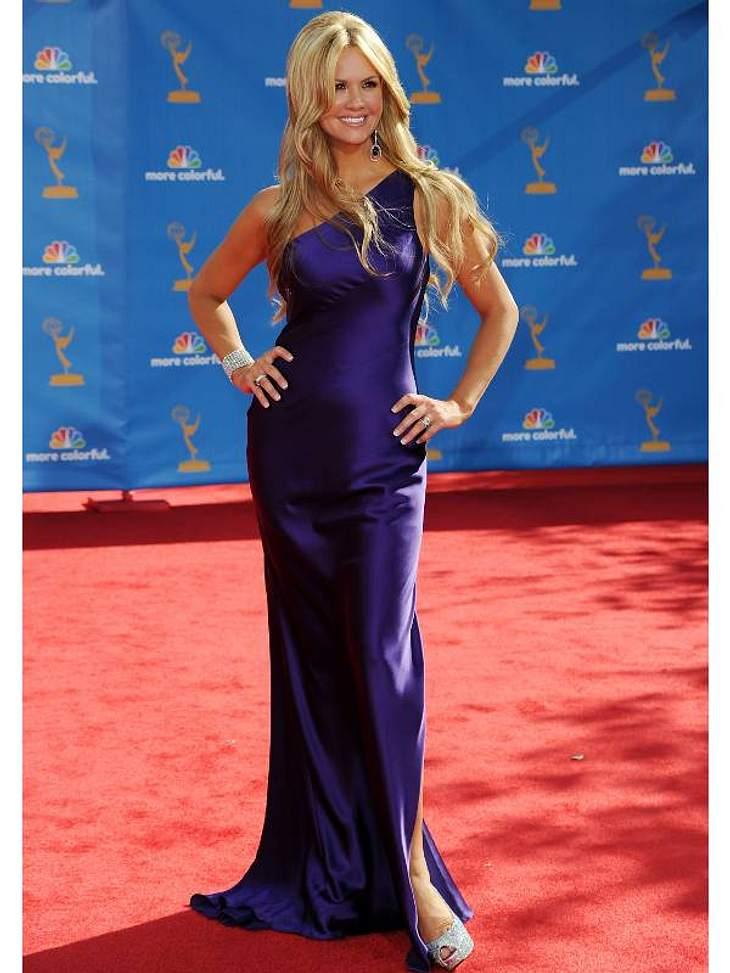 """Fließende Seide in Dunkelblau trug Schauspielerin Nancy O'Dell(""""Scream 2,3,4"""", """"Hannah Montana"""") bei der Preisverleihung."""