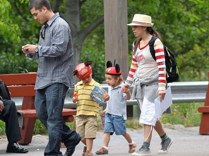 Die Nannys der VIP-KidsDie Bespaßerin: Mit Kindern in den Freizeitpark zu gehen, ist teilweise anstrengender, als zehn Stunden im Büro zu sitzen. Das wissen auch Britney Spears und Jason Trawick und schicken die Nanny mit den beiden Jungs J