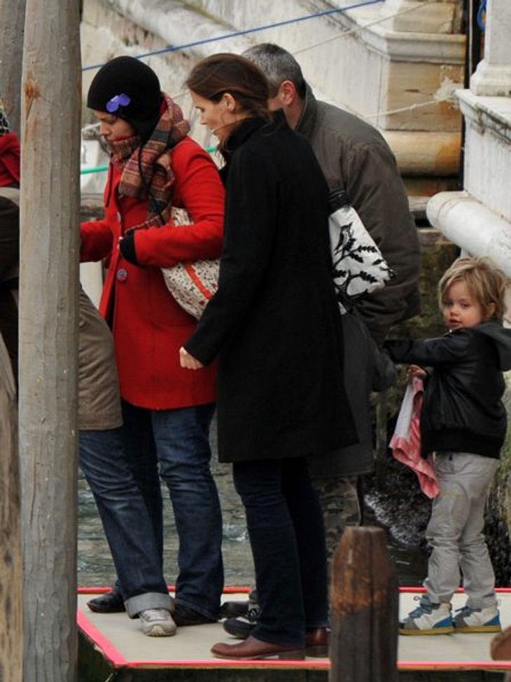 Die Nannys der VIP-KidsDie Security-Mannschaft: Jedes der sechs Kinder von Angelina Jolie und Brad Pitt hat eine eigene Nanny. Die Kindermädchen der adoptierten Kids sprechen jeweils deren Muttersprache.Die Ansprüche im Hause Jolie-Pitt an