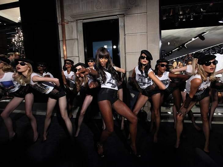 Naomi Campbell legte zu ihrem 25. Model-Jubiläum für Dolce & Gabbana eine heiße Sohle auf's Parkett.