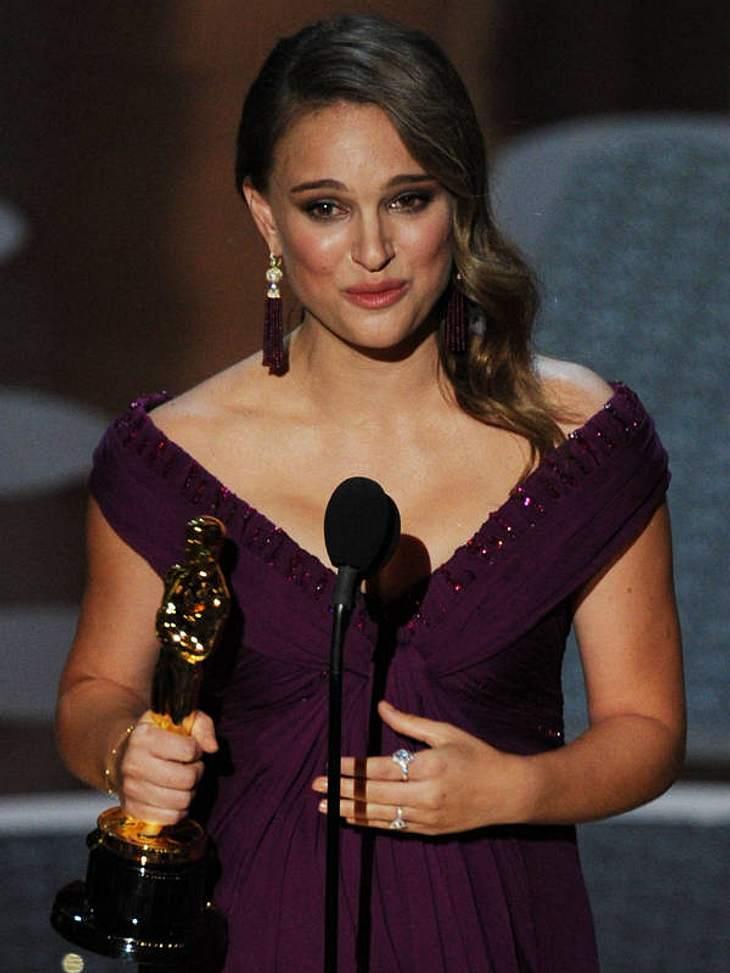 """Oscar-Verleihung 2011: And the oscar goes to ......  Natalie Portmanals beste Hauptdarstellerin für  """"Black Swan"""". Sie zeigte ihren süßen Babybauch in einem lila Kleid von Rodarte."""