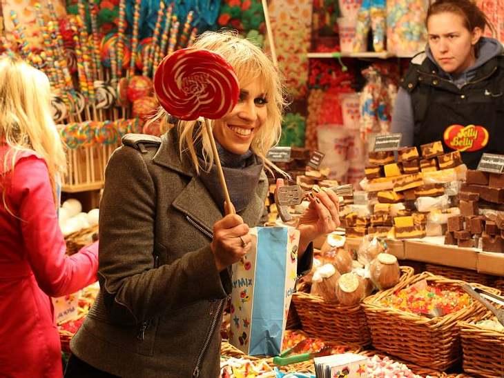 Natasha Bedingfield lässt es sich an den verschiedenen Büdchen auf dem  Weihnachtsmarkt schmecken.