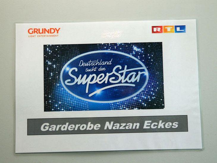 DSDS: Nazan Eckes zeigt ihren Beauty-Bereich!Hinter dieser Tür befindet sich die Garderobe von Moderatorin Nazan Eckes: Hier wird sie für die Live-Show von 'Deutschland sucht den Superstar' geschminkt, frisiert...,