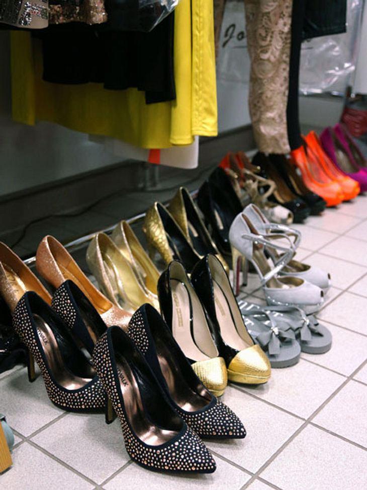 DSDS: Nazan Eckes zeigt ihren Beauty-Bereich!Dieses Problem kennen wohl alle Frauen: Welche Schuhe ziehe ich nur an? Nazan Eckes kann aus gut einem Dutzend schöner High Heels auswählen.
