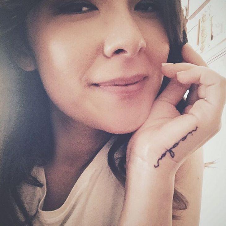 Nela Lee hat ein Tattoo