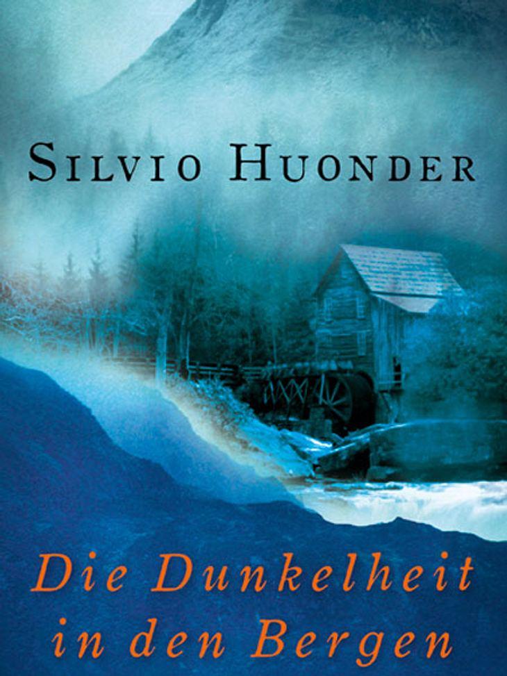 Die Dunkelheit in den Bergen von Silvio Huonder Darum geht's:Wir schreiben das 19. Jahrhundert. In Graubünden ist Anarchie an der Tagesordnung, Diebe und Bettler sind auf Raubzug durch die Berge. Und dann geschieht in einer Mühle ein bruta