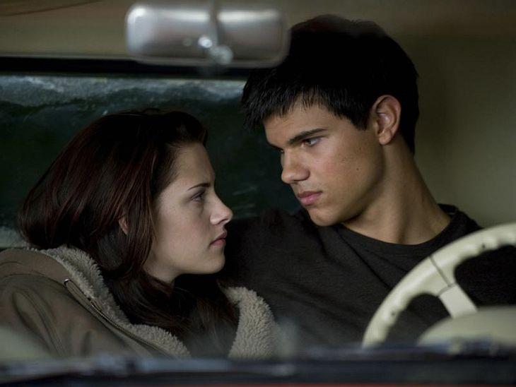 """Bella (Kristen Stewart) und Jacob (Taylor Lautner) kommen sich in """"New Moon - Bis(s) zur Mittagsstunde"""" näher"""