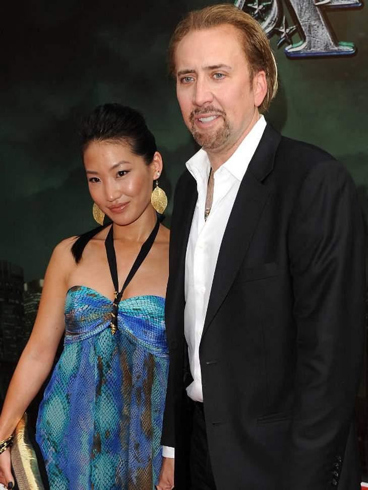 Prominente Paare mit großem AltersunterschiedNach der gescheiterten Ehe mit Lisa-Marie Presley, heiratete Nicolas Cage (47) die 20 Jahre jüngere Kellnerin Alice Kim. Ist sie nur hinter seinem Geld her?Stars im Knast: Die besten Polizeibilde