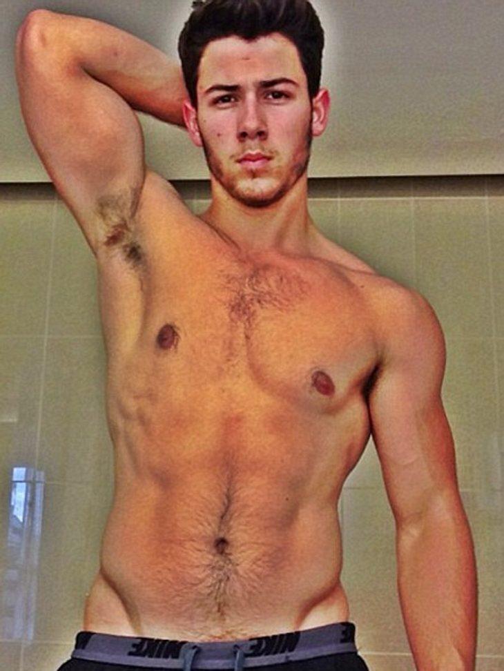 Nick Jonas posiert nackt