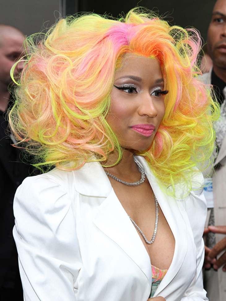 Buntlöckchen - Die Stars setzen auf bunte HaareDezent? Nun Nicki Minaj (29) scheint nach dem Motto zu leben: Wenn schon, denn schon. Ihre neongelben Haare mit den pinkfarbenen Strähnchen sind vermutlich auch aus weiter Ferne zu erkennen.