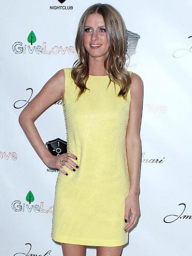 Star-Style: GelbAuf den ersten Blick wirkt das Kleid von Nicky Hilton (28) sehr einfach. Doch wenn man genau hinsieht, bemerkt man, dass überall kleine metallische Applikationen aufgenäht sind.