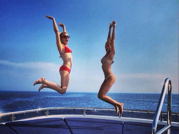 Nicole Richie (rechts) mit einer Freundin auf einer Yacht im wohlverdienten Sommerurlaub. Spaß haben sie und es sei ihnen gegönnt...