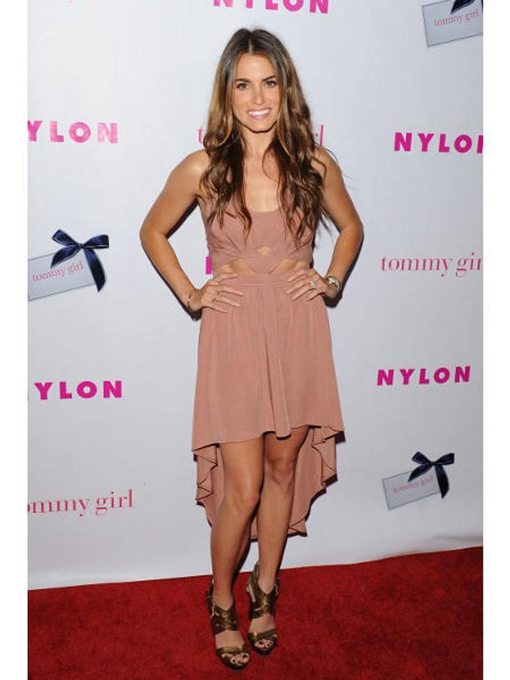 """Die Stars lieben Vokuhila-Kleider""""Twilight""""Star Nikki Reed (24) setzt auf zartes Altrosa und sexy Cut-outs - eine raffinierte Strategie, um außer den Beinen auch ihren durchtrainierten Bauch zu präsentieren."""