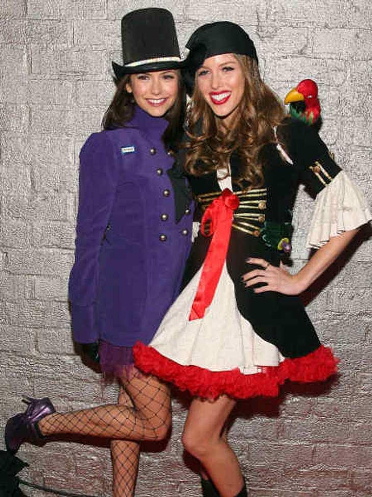 """So feiern die Stars HalloweenZwei """"Vampire Diaries""""-Stars. Nina Dobrev als """"Mrs. Wonka"""" (Pendant zu Willy Wonka aus """"Charlie und die Schokoladenfabrik"""") und Kayla Ewell als Piratenbraut."""