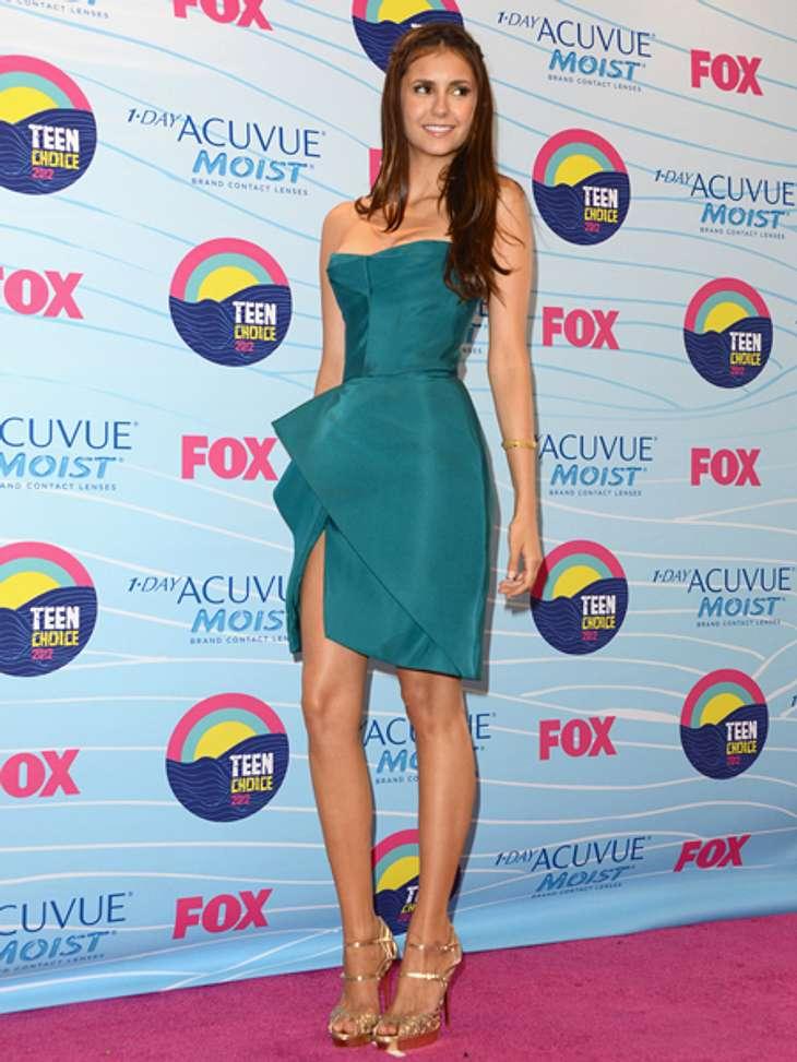 Elegant & sexy - Der Style von Nina DobrevPetrol war eine der Trendfarben in diesem Jahr. Die 23-Jähirge kombinierte ihr Kleid mit goldenen High Heels und verzichtete auf auffälligen Schmuck.