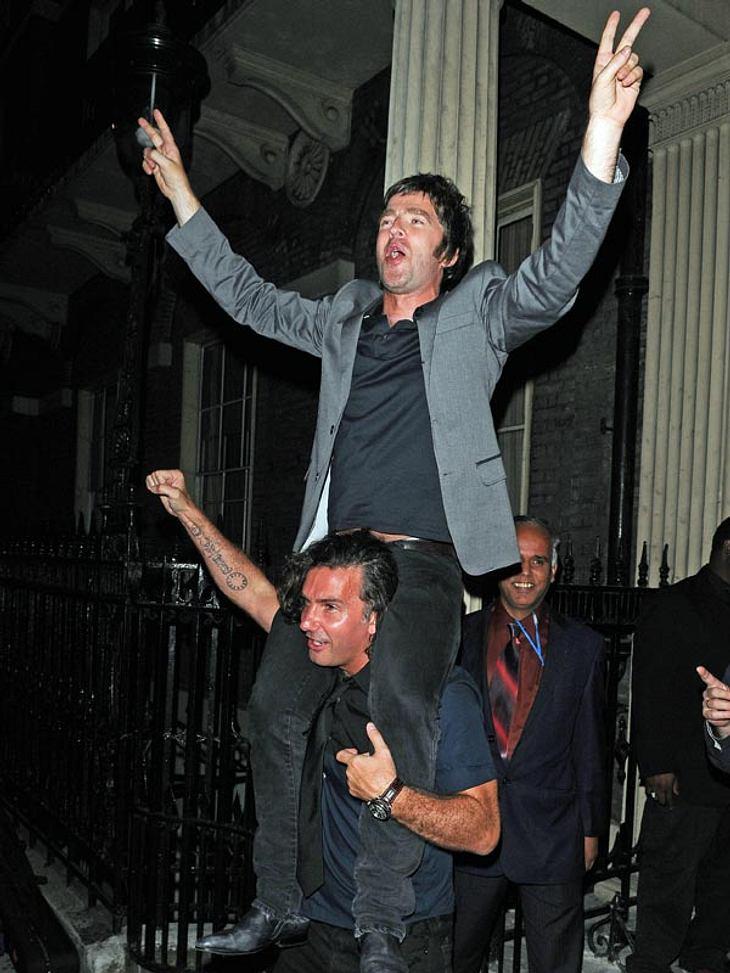Noel Gallagher hat nach einer durchzechten Nacht seinen Spaß. Kein Wunder: Er muss sich ja auch nicht damit herum ärgern, wie er in seinem Zustand noch einen Fuß vor den anderen setzen soll.