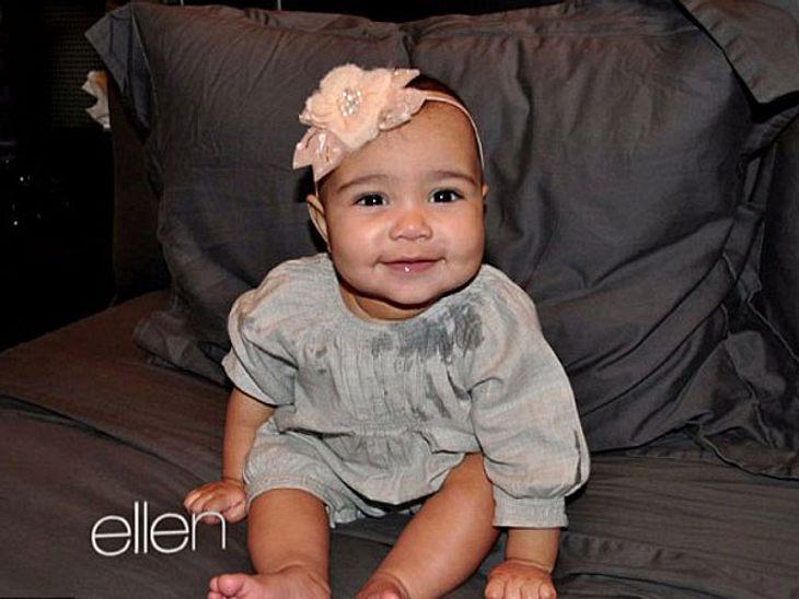 """Man kann Kim Kardashian vieles vorwerfen, aber eines nicht: dass Töchterchen North West nicht unglaublich süß ist. In der """"Ellen DeGeneres""""-Show zeigte sie jetzt ein neues Foto von ihrem Baby."""