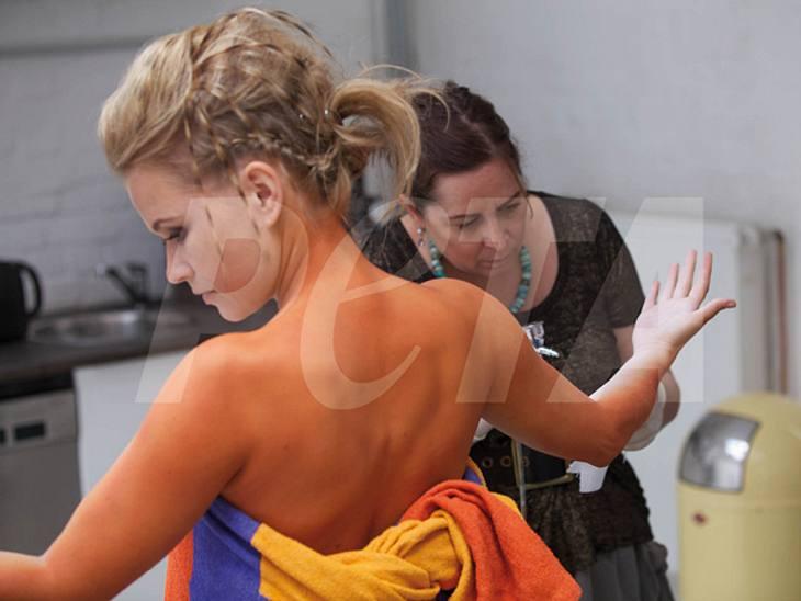 Nova Meierhenrich - Nackt für PETADie stundenlange Prozedur ließ die 38-Jährige geduldig über sich ergehen. Schließlich will sie auf die Missstände in der Tierhaltung aufmerksam machen. So leiden beispielsweise viele Zirkustiere wegen der m