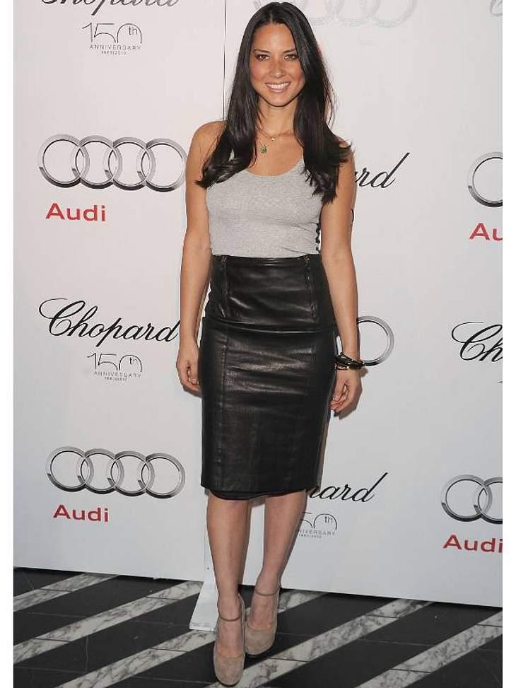Fernsehmoderatorin, Schauspielerin und Model Olivia Munn im Pencil-Sirt aus Leder.