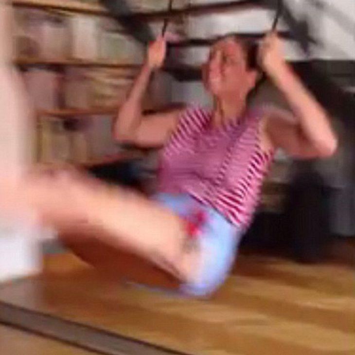 Olivia Munn schaukelt in ihrer Wohnung