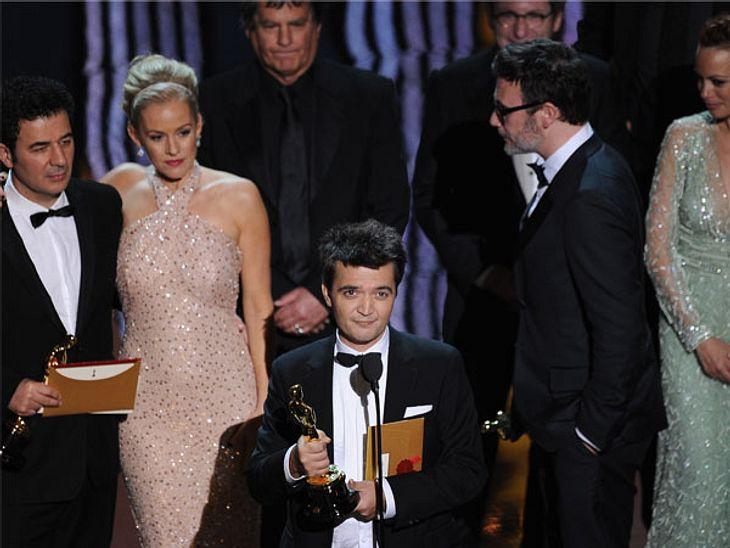 """Oscar 2012: Die strahlenden GewinnerBester Film: """"The Artist"""" - Produzent Thomas Langmann kam mit seinem Film-Team auf die Bühne des Hollywood & Highland Centers"""