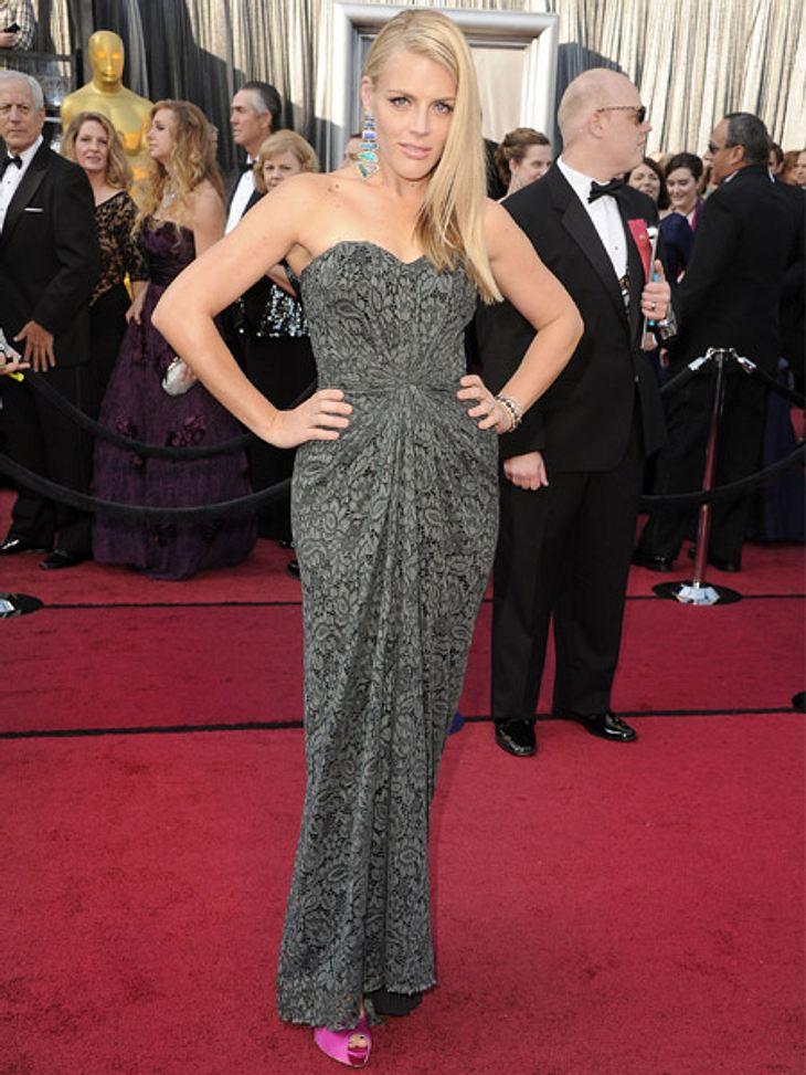 Die Kleider der Oscar-Verleihung 2012Busy Philipps (32) setzte nur bei den Accessoires auf knallige Nuancen. Leider mag das Print-Kleid aber nicht recht zum bunten Beiwerk passen.
