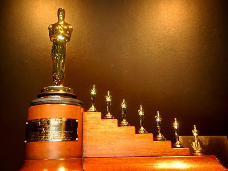 """Die Oscar-Verleihung: 26 AuszeichnungenDie meisten Oscars aller Zeiten konnte bisher """"Disney"""" einheimsen. 26 Awards stehen in der Vitrine der Filmproduktionsfirma. Für den Film """"Schneewittchen"""" fertigte die Academy extra"""