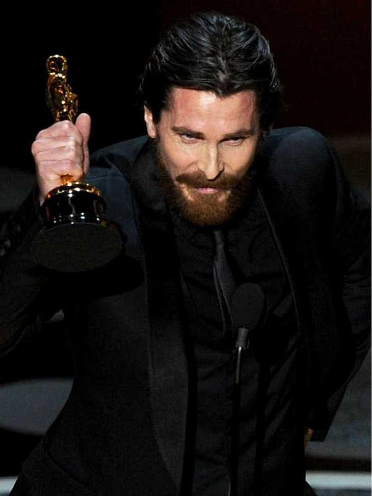 """Oscar-Verleihung 2011:Christian Bale mit seinem Oscar für die """"Beste Nebenrolle"""" in """"The Fighter"""". Er begann seine Rede mit """"Bloody Hell""""..."""