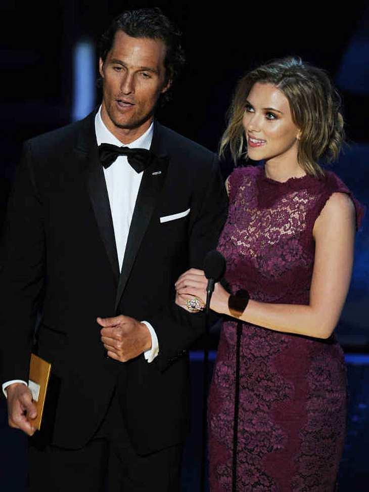 """Oscar-Verleihung 2011:Sexy Matthew McConaughey überreichte zusammen mit Scarlett Johansson den Oscar für den """"Besten Ton"""". Gewonnen hat ihn """"Inception""""."""