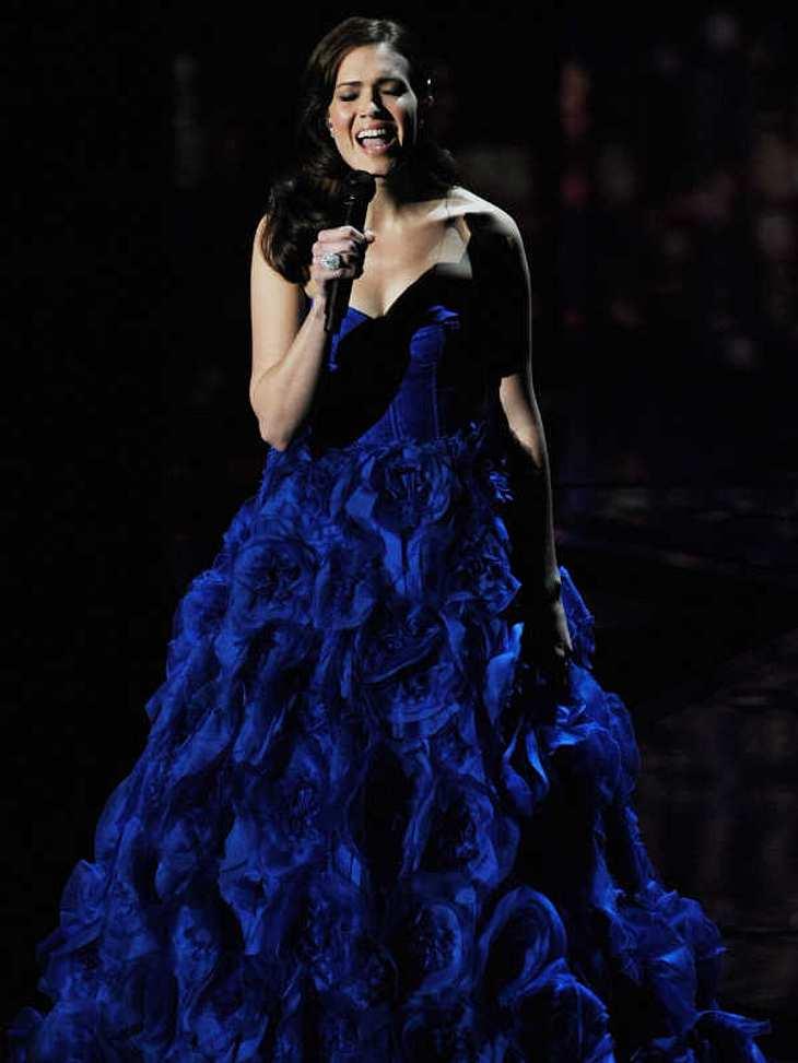 """,Oscar-Verleihung 2011:Ergreifend: Schauspielerin und Sängerin Mandy Moore sang auf der Oscar-Bühne den Song """"I See the Light"""" aus dem Film """"Tangled""""."""